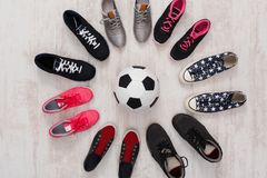 Kolorowy sportów butów okrąg z balowym odgórnym widokiem Zdjęcie Royalty Free