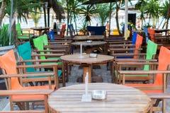 Kolorowy stół i krzesła w plaży zakazujemy restaurację, blisko morza Obraz Royalty Free