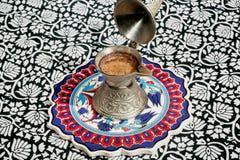 Kolorowy stół z ceramiczną kafelkową tacą i kawą Obrazy Royalty Free