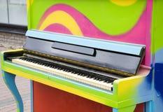 Kolorowy stary pianino Zdjęcia Royalty Free