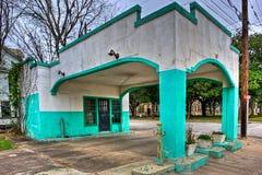Kolorowy stiuk Zakrywająca Zaniechana Benzynowa stacja Fotografia Royalty Free