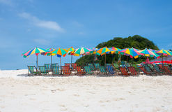 Kolorowy sunshade i krzesła na plaży Obrazy Royalty Free