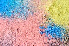 Kolorowy tło kreda proszek Stubarwne pył cząsteczki splattered na czarnym tle obraz royalty free