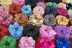 Kolorowy tekstylny scrunchy Elastyczny bobble w?osianych zespo??w Filtruj?cy wizerunek zdjęcie stock
