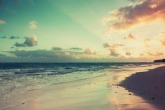 Kolorowy tropikalny wschód słońca nad Atlantyckim oceanem fotografia stock