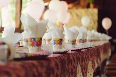 Kolorowy urodziny stół Zdjęcie Royalty Free