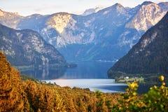 Kolorowy widok sławni Hallstatt jeziorni i Austriaccy Alps w Hallstatt Sommer Salzkammergut region, Austria obraz stock