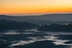 Kolorowy wieczór z chmurą w niebie Lato sezonu zmierzchu wschodu słońca półmroku świtu mroczny tło Fotografia Royalty Free