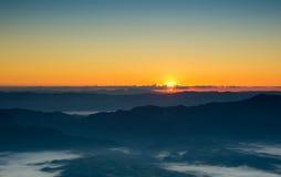 Kolorowy wieczór z chmurą w niebie Lato sezonu zmierzchu wschodu słońca półmroku świtu mroczny tło Obraz Royalty Free