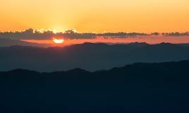 Kolorowy wieczór z chmurą w niebie Lato sezonu zmierzchu wschodu słońca półmroku świtu mroczny tło Obraz Stock