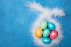 Kolorowy Wielkanocnych jajek i królików ucho odgórny widok śmieszny Easter karciany powitanie Odbitkowa przestrzeń dla teksta Zdjęcia Royalty Free