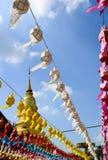 Kolorowy Wiszący Papierowy lampion i Złota pagoda w festiwalu Zdjęcia Stock