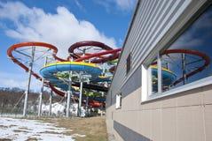Kolorowy wodny aqua park piszczy budowę na nieba tle Obrazy Stock