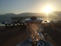 Kolorowy wschód słońca na plaży przeciw tłu morze i góry fotografia royalty free