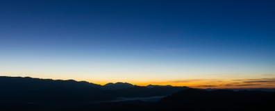 Kolorowy wschód słońca nad halnymi wzgórzami, wschód słońca w górach, wschodu słońca krajobraz Zdjęcia Stock