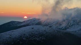 Kolorowy wschód słońca nad zim górami chować w chmura czasu upływie zbiory wideo