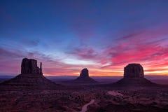 Kolorowy wschodu słońca krajobrazu widok przy Pomnikowym dolinnym parkiem narodowym, Arizona Zdjęcia Royalty Free