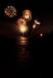 Kolorowy wybuch fajerwerki nad szmaragd zatoki plażą Obrazy Royalty Free