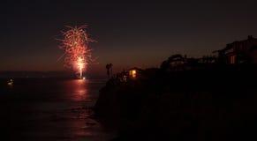 Kolorowy wybuch fajerwerki nad szmaragd zatoki plażą Zdjęcia Royalty Free