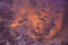 Kolorowy z czerwienią, pomarańcze i błękitnym dramatycznym niebem na chmurach dla abstrakcjonistycznego tła, Romantyczny zmierzch Zdjęcie Stock