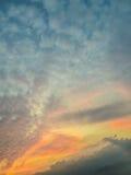 Kolorowy z czerwienią, pomarańcze i błękitnym dramatycznym niebem na chmurach dla abstrakcjonistycznego tła, Romantyczny zmierzch Obraz Stock