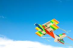 Kolorowy zabawka samolot nad niebieskim niebem. Fotografia Royalty Free