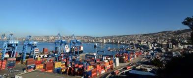kolorowy zbiorników dzień przesyłają pogodnego Widok od ascensor Artilleria valparaiso Chile Obraz Stock