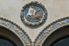 Kolorowy zewnętrzny terra - cotta ornamentacja na historyczny Childs restauracj budować obraz stock