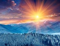 Kolorowy zima wschód słońca w górach zdjęcia royalty free