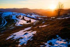 Kolorowy zima wschód słońca w górach Fantastyczny wieczór wint zdjęcie royalty free