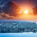 Kolorowy zima wschód słońca w górach Widok mgły i śniegu wierzchołki obraz royalty free
