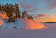 Kolorowy zima zmierzch na Ladoga jeziorze Zdjęcia Stock