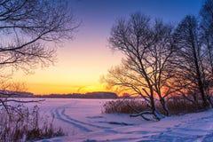 Kolorowy zima zmierzch z zamarzniętym jeziora i zmierzchu niebem zdjęcia royalty free