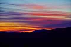 Kolorowy zmierzch i sylwetka góra krajobraz Zdjęcie Stock