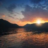 Kolorowy zmierzch na Adriatyckim morzu, Kotor zatoka Obrazy Royalty Free