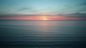 Kolorowy zmierzch na morzu bałtyckim, Latvia Powietrzny trutnia krótkopęd zbiory wideo