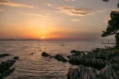 Kolorowy zmierzch nad Adriatyckim morzem, przeglądać od chorwackiego wybrzeża blisko Zadar zdjęcia stock
