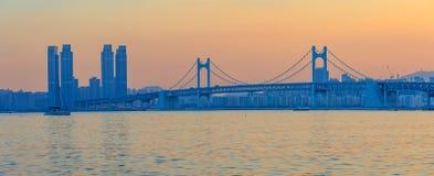 Kolorowy zmierzch nad Gwangandaegyo, zawieszenie most, Busan miasto, Korea (diamentu most) fotografia stock