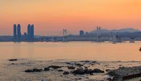 Kolorowy zmierzch nad Gwangandaegyo, zawieszenie most, Busan miasto, Korea (diamentu most) obraz royalty free