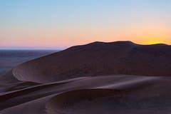 Kolorowy zmierzch nad Namib pustynią, Namibia, Afryka Sceniczne piasek diuny w backlight w Namib Naukluft parku narodowym, Swakop Obrazy Stock