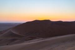 Kolorowy zmierzch nad Namib pustynią, Namibia, Afryka Sceniczne piasek diuny w backlight w Namib Naukluft parku narodowym, Swakop Obrazy Royalty Free