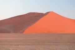 Kolorowy zmierzch nad Namib pustynią, Namibia, Afryka Sceniczne piasek diuny w backlight w Namib Naukluft parku narodowym, Swakop Fotografia Royalty Free