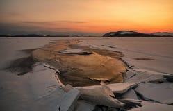 Kolorowy zmierzch nad zamarzniętym jeziorem Zdjęcia Royalty Free