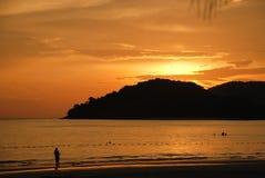 Kolorowy zmierzch przy plażą Zdjęcie Royalty Free