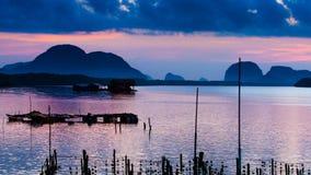 Kolorowy zmierzch w ranku nad seascape przy rybak wioską, Obrazy Stock
