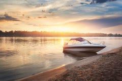 Kolorowy zmierzch z łódkowatym ot brzeg rzeki Zdjęcie Royalty Free
