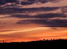 Kolorowy zmierzch z dramatycznymi chmurami Zdjęcia Stock