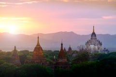 Kolorowy zmierzchu krajobrazu widok z sylwetkami świątynie, Baga Fotografia Stock