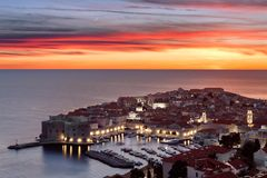 Kolorowy zmierzchu widok, księżyc nad historycznym starym miasteczkiem Dubrovnik i, chorwacja obrazy royalty free