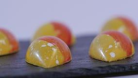 Kolorowych cukierków zamknięty up ustawiający kolorowi lizaki Czerwony i żółty Bożenarodzeniowy cukierek swobodny ruch zdjęcie wideo